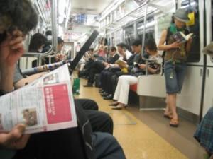 leyendo-en-el-metro